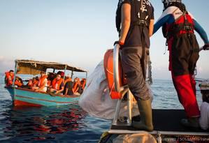 Migrantes são resgatados pelo navio Aquarius em setembro de 2018, antes da embarcação encerrar suas atividades após meses de tensão com o governo da Itália Foto: MAUD VEITH / AFP