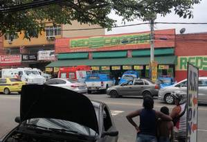 Policiais em frente ao supermercado Foto: Reprodução/Informações RJ