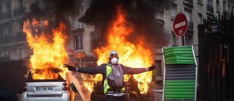 Os protestos em Paris dos coletes amarelos terminaram com depredação, em sinal de insatisfação crescente Foto: Etienne De Malglaive / Getty Images