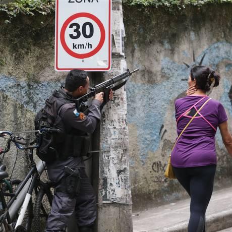 Policiamento foi reforçado no Morro Chapéu Mangueira e nos acessos Foto: Marcio Alves / Agência O Globo