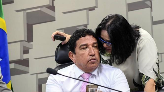 Magno Malta (PR-ES) e a assessora Damares Alves na sessão da CPI da Pedofilia antes do anúncio oficial Foto: Marcos Oliveira/Agência Senado