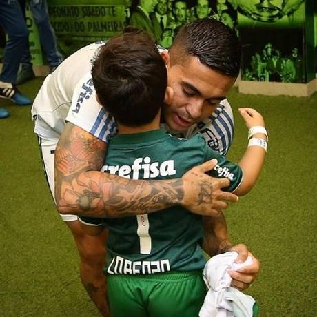 Dudu e o pequeno Lorenzo Foto: Cesar Greco/Palmeiras