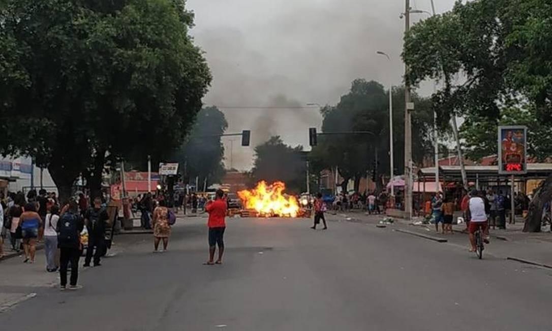 Grupo ateou fogo em objetos durante ação em Bangu Foto: Reprodução/Página Padre Miguel News
