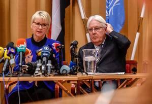 Ministra das Relações Exteriores da Suécia, Margot Wallstrom, e Enviado Especial das Nações Unidas para o Iêmen, Martin Griffiths, durante coletiva em Rimbo, nos arredores de Estocolmo Foto: STINA STJERNKVIST / AFP
