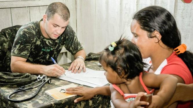 Médico militar atende mulher e criança Foto: Exército Brasileiro