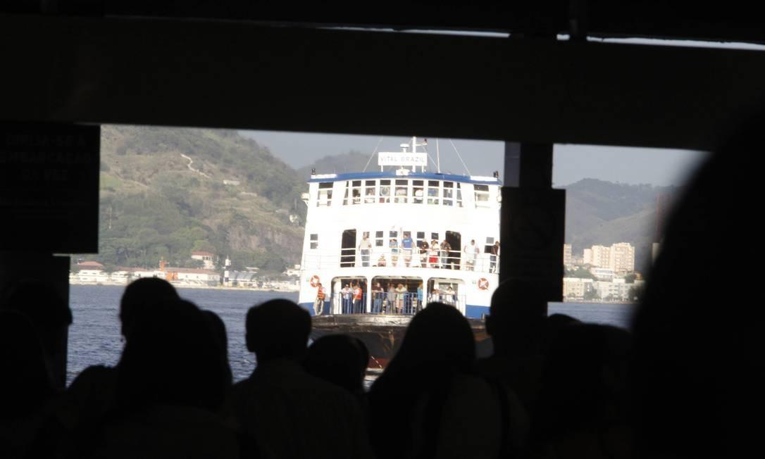 Barca faz a travessia Rio-Niterói Foto: Domingos Peixoto / Agência O Globo