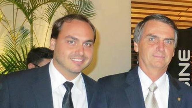 Carlos Bolsonaro ao lado do pai em foto de arquivo pessoal Foto: Arquivo pessoal
