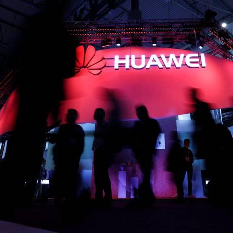 Visitantes passam pelo estande da Huawei, durante o Mobile World Congress realizado em Barcelona, Espanha, no ano passado Foto: Eric Gaillard / REUTERS
