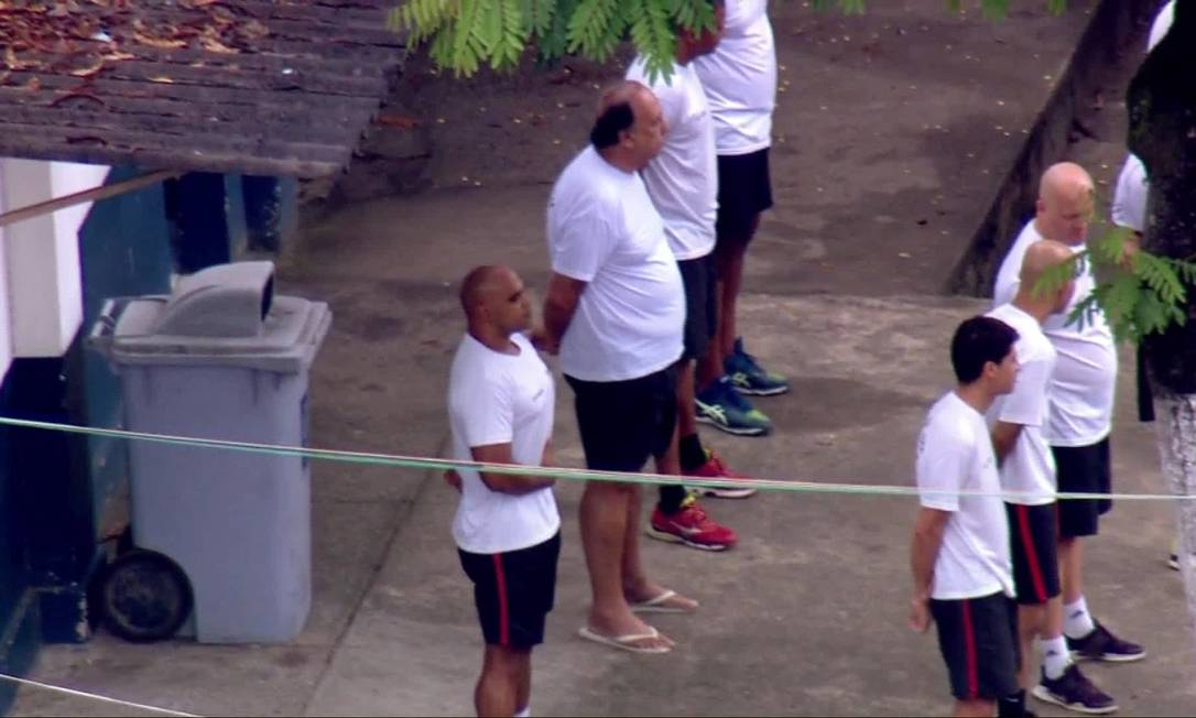 De camiseta branca e short, Pezão assiste a cerimônia no Batalhão Foto: Reprodução / TV Globo