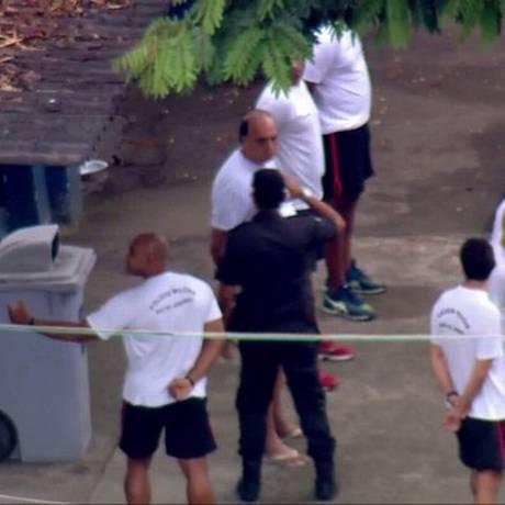 Um PM bate continência para Pezão no BEP Foto: Reprodução / TV Globo