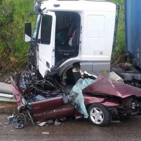 A carreta colidiu contra o carro de passeio Foto: Polícia Rodoviária Federal / Divulgação