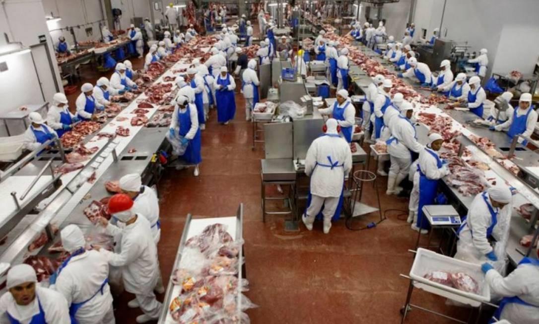 Funcionários do frigorífico do Grupo Marfrig, em Promissão, 500 km a noroeste de São Paulo Foto: Reuters