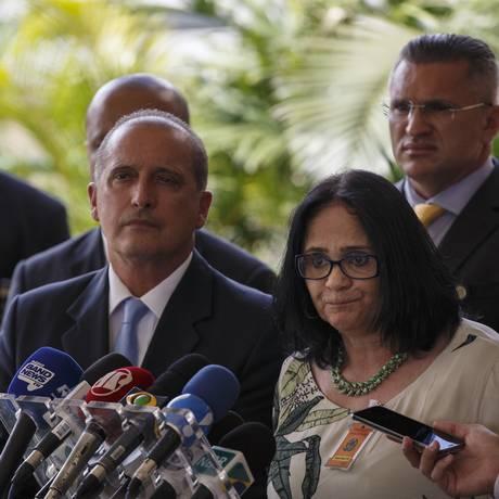 O futuro ministro da Casa Civil, Onyx Lorenzoni, apresenta Damares Alves como futura ministra dos Direitos Humanos Foto: Daniel Marenco / Agência O Globo