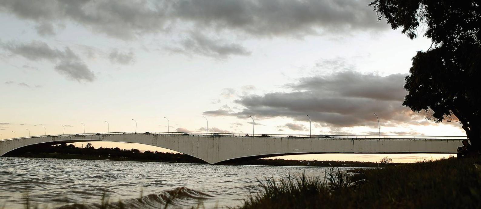 A segunda ponte do Lago Paranoá foi projetada por Niemeyer para ser a ponte passarinha, tocando suavemente a água. Hoje virou símbolo do embate pelo controle da memória Foto: Jorge William / Agência O Globo
