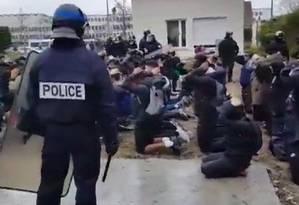 Vídeo que mostra estudantes ajoelhados com as mãos atrás da cabeça após serem detidos gerou críticas contra a polícia francesa Foto: Reprodução de vídeo/AFP