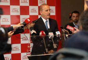 O futuro ministro-chefe da Casa Civil Onyx Lorenzoni se irritou com a imprensa durante entrevista coletiva Foto: Divulgação/Fredy Uehara/Uehara Fotografia