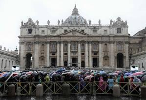 Fiéis ouvem mensagem do Papa Francisco em frente à Basílica de São Pedro, no Vaticano Foto: FILIPPO MONTEFORTE / AFP