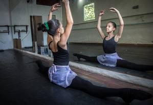 Movimento. Sophia, de 10 anos, no estúdio em que foi matriculada, em Itaipu Foto: Emily Almeida / Agência O Globo