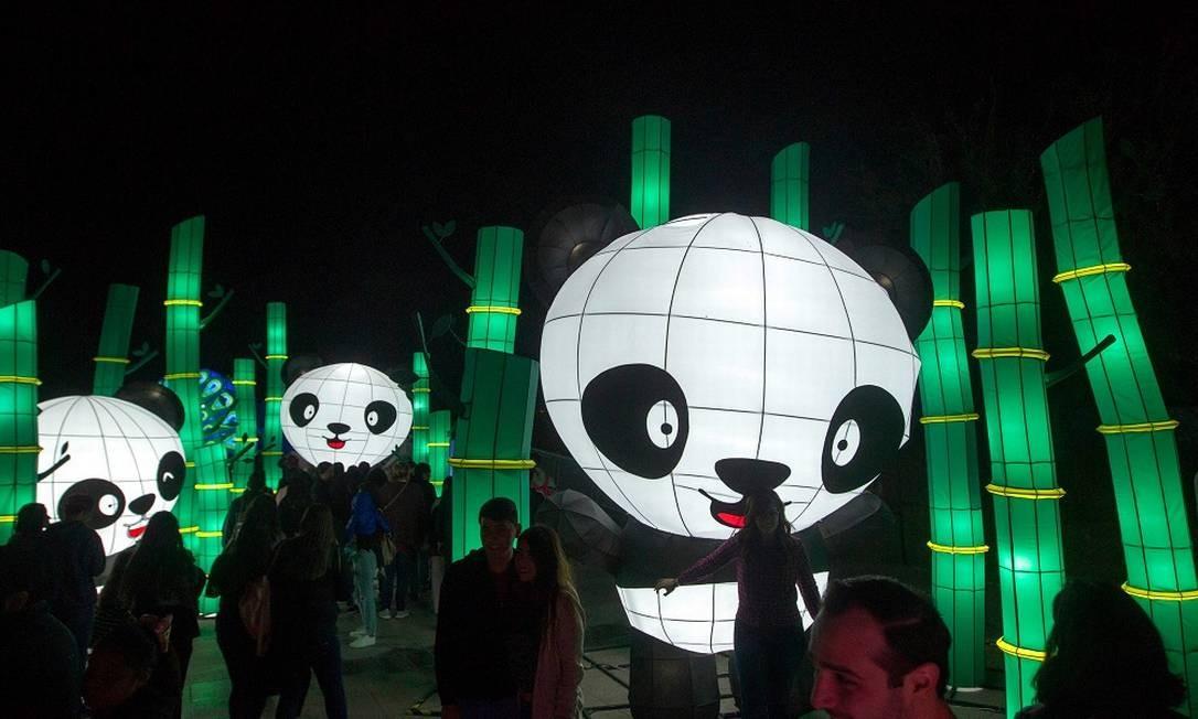 Os bonecos dos pandas são alguns que fazem mais sucesso entre os visitantes Foto: JULIO CESAR AGUILAR / AFP