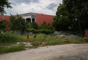 Um dos prédios que começaram a ser coinstruídos no campus do Gragoatá: obras paradas Foto: Emily Almeida / Agência O Globo