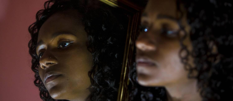 """Daline tem 18 anos e até hoje não conseguiu e tirar documentos e ter uma vida """"por inteiro"""" Foto: Antonio Scorza / Agência O Globo"""
