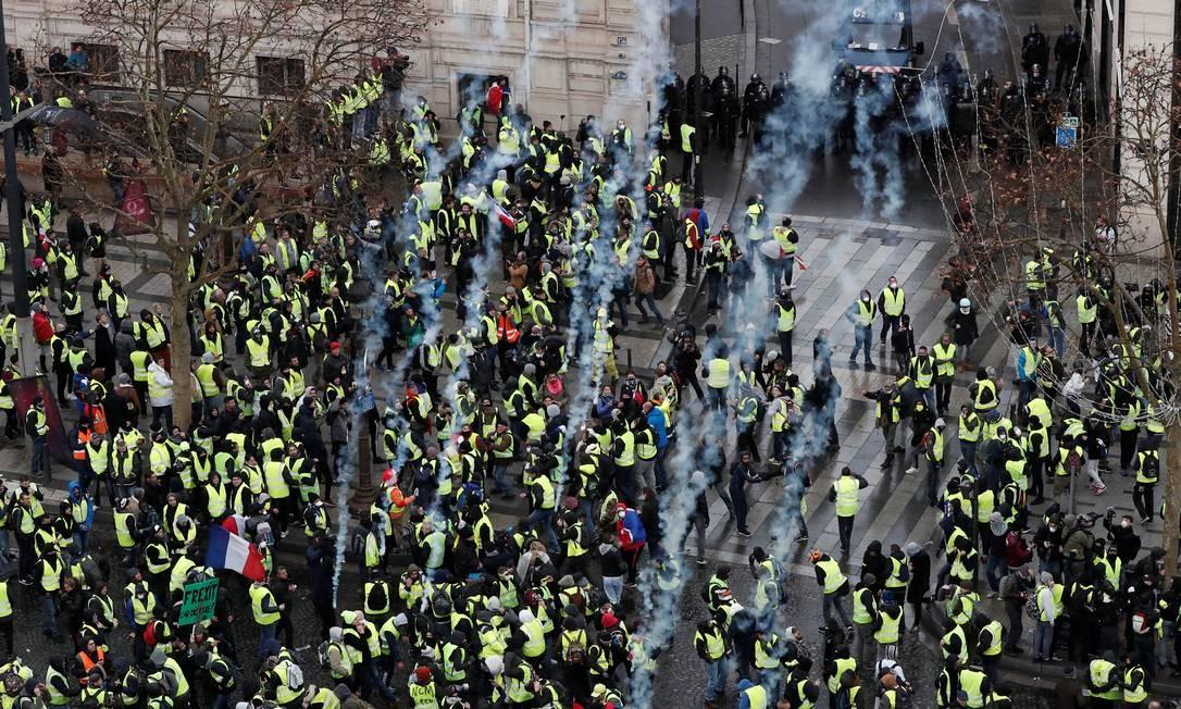 A polícia lança gpas lacrimogêneo contra manifestantes dos 'coletes amarelos' nas ruas de Paris neste sábado: quase 90 mil integrantes das forças de segurança foram mobilizados em todo país Foto: REUTERS/BENOIT TESSIER