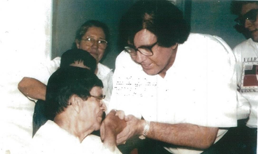 Cópia da foto fornecida pelo próprio João de Deus mostra o médium, bem mais novo, com Chico Xavier Foto: / Reprodução