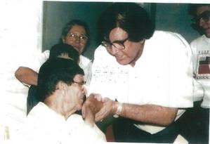 Cópia da foto fornecida pelo próprio João de Deus mostra o médium, bem mais novo, com Chico Xavier Foto: Reprodução