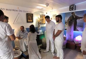 O médium João de Deus durante atendimento em Abadiânia Foto: Givaldo Barbosa / Agência O Globo