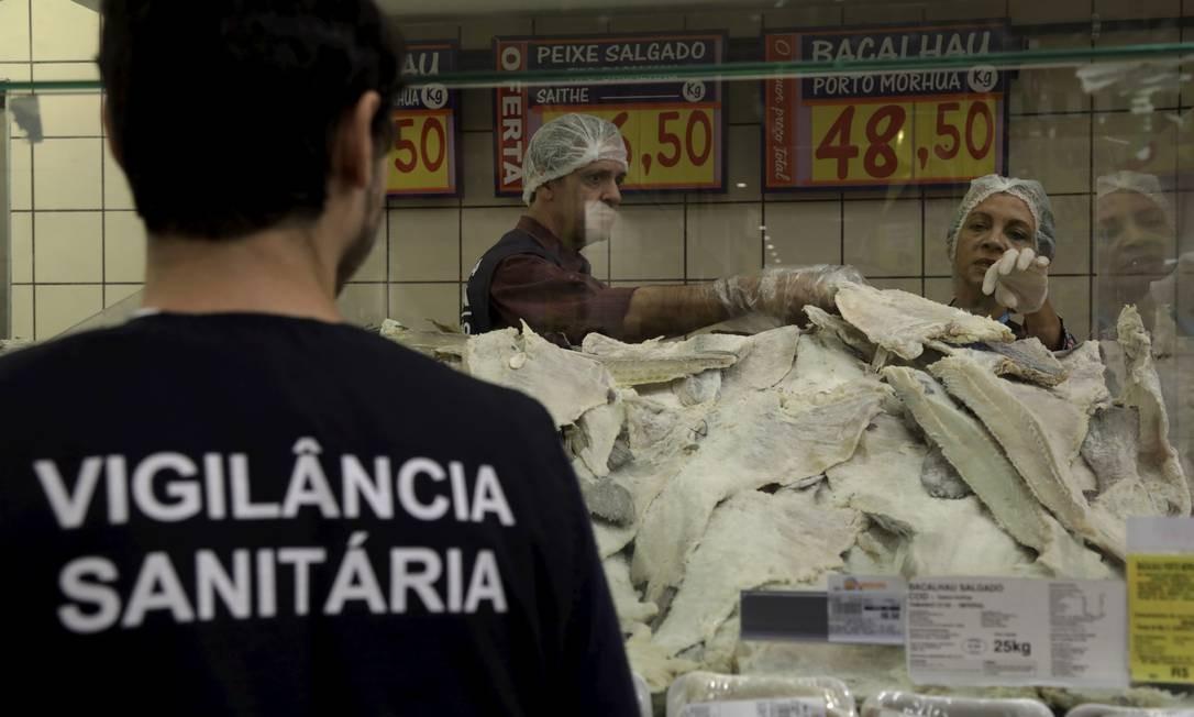Fiscais da Vigilância Sanitária do Rio inspecionam o bacalhau Foto: Custódio Coimbra / Custódio Coimbra