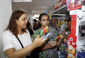 A advogada Dianne Medeiros costuma reaproveitar os materiais de anos anteriores que estejam em bom estado Foto: Marcos Ramos / Agência O Globo