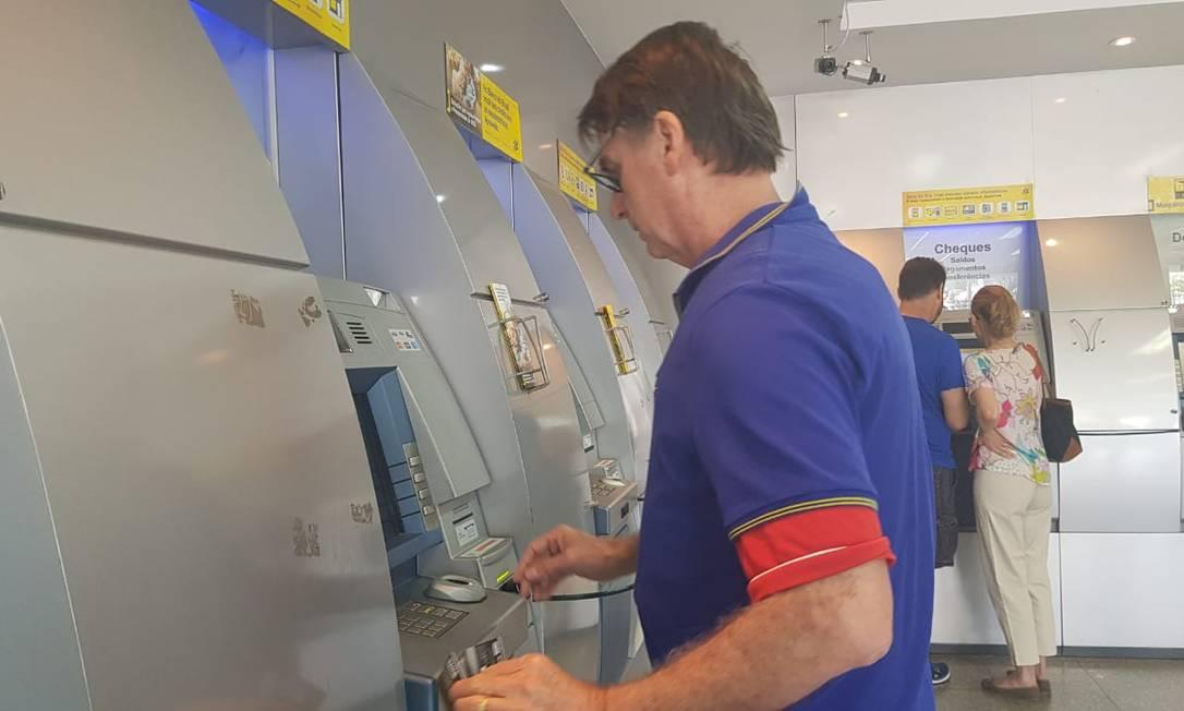 Bolsonaro vai ao caixa eletrônico em uma agência do Banco do Brasil na Barra da Tijuca Foto: Bruno Abbud