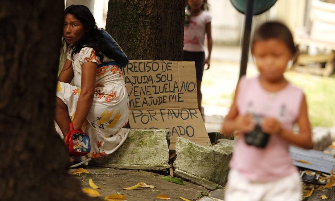 Belém (PA), 13/07/2018 - Refugiadas venezuelanos - Índios Warao refugiados da Venezuela exibe cartaz em busca de trabalho e ajuda em rua de Belém, eles se espalham pela cidade vivendo em situação de risco, cerca de 300 índios vivem em Belém. (Foto: RAIMUNDO PACCÓ / FramePhoto / AGÊNCIA O GLOBO ) Foto: Frame / Agência O Globo
