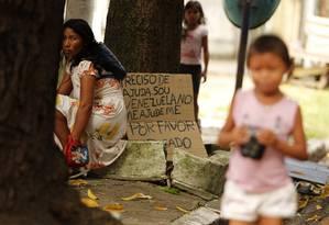 Refugiadas venezuelanas exibem cartaz em busca de trabalho e ajuda em rua de Belém, no Pará Foto: Frame / Agência O Globo