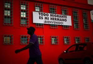 Haitiano passa por faixa de saudação a imigrantes em igreja no Chile, que recentemente adotou uma política migratória mais restritiva Foto: Ivan Alvarado / REUTERS