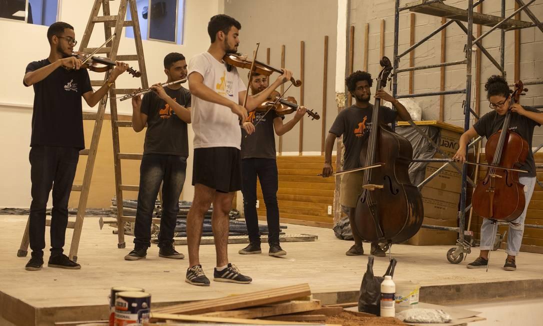 Ensaio. Jovens integrantes da Orquestra da Maré tocam seus instrumentos durante visita à nova sede, cuja ianuguração está marcada para o próximo dia 17 Foto: Alexandre Cassiano / Agência O Globo
