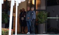Agentes da Polícia Civil no prédio onde mora Rodrigo Neves Foto: Fabiano Rocha / Agência O Globo