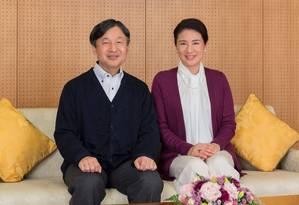 Princesa Masako e o marido, príncipe herdeiro Naruhito, posam em Palácio Togu em foto comemorativa Foto: Imperial Household Agency of Japan / REUTERS