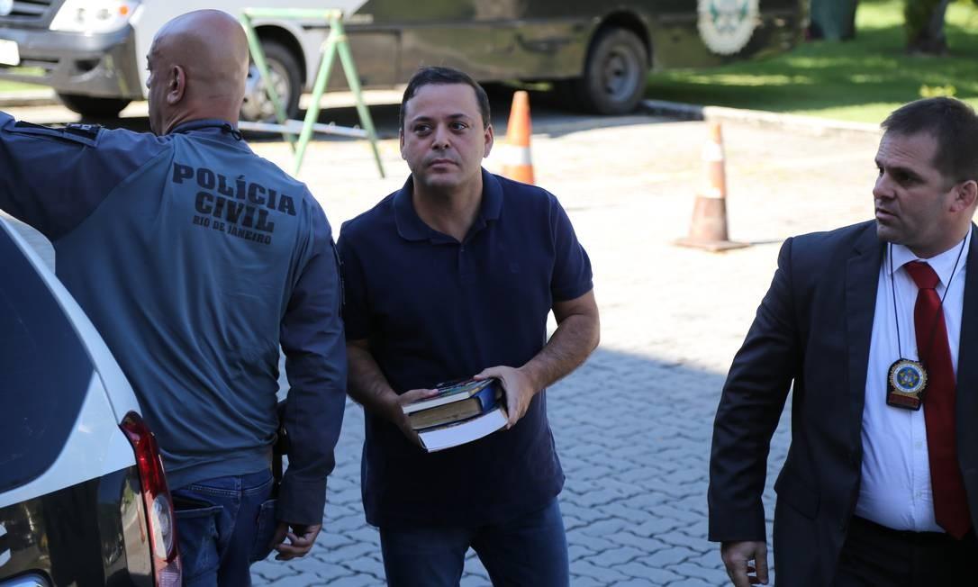 Preso, o prefeito de Niterói, Rodrigo Neves, chega à Cidade da Polícia Foto: Márcia Foletto / Agência O Globo