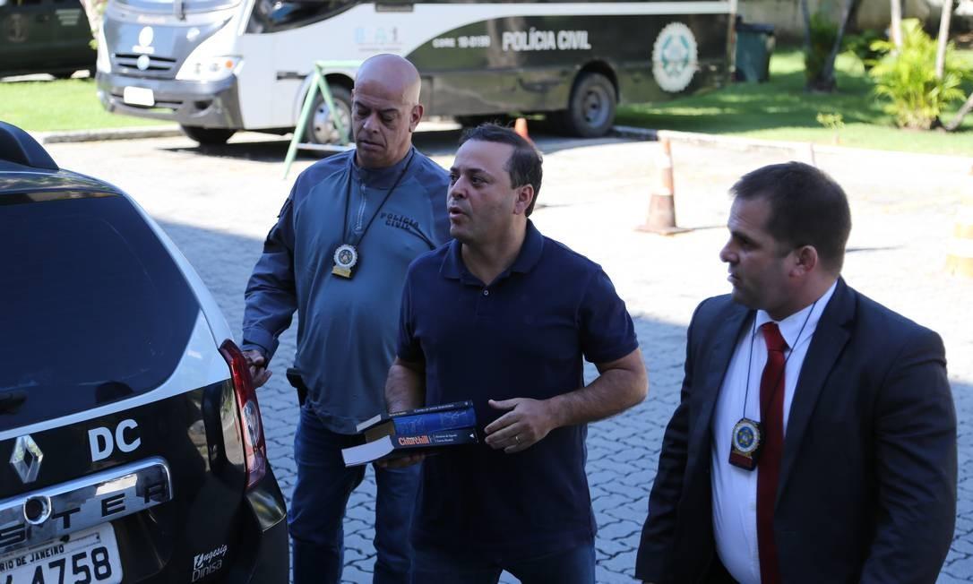 Preso, o prefeito de Niterói chega à Cidade da Polícia Foto: Marcia Foletto / Agência O Globo