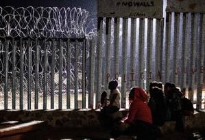 Imigrantes de Guatemala, parte da caravana da América Central, são vistos perto de fronteira entre México e EUA Foto: GUILLERMO ARIAS / AFP