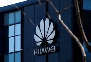O logotipo da empresa da Huawei é visto em um escritório em Pequim Foto: Thomas Peter / REUTERS