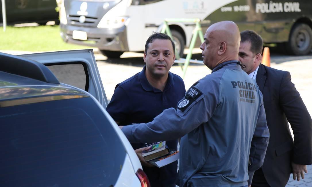 Rodrigo Neves, prefeito de Niterói, chega a Cidade da Polícia após ser preso acusado de corrupção Foto: Márcia Foletto / Agência O Globo