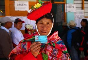 Mulher peruana mostra sua carteira de identidade em centro de votação Foto: TEO BIZCA / AFP