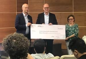 O cônsul-geral da Alemanha, Klaus Zillikens, entrega um cheque de 180.800 € ao diretor do Museu Nacional, Alexander Kellner, e à presidente da Associação de Amigos do Museu Nacional, Vera Huszar Foto: Natália Boere