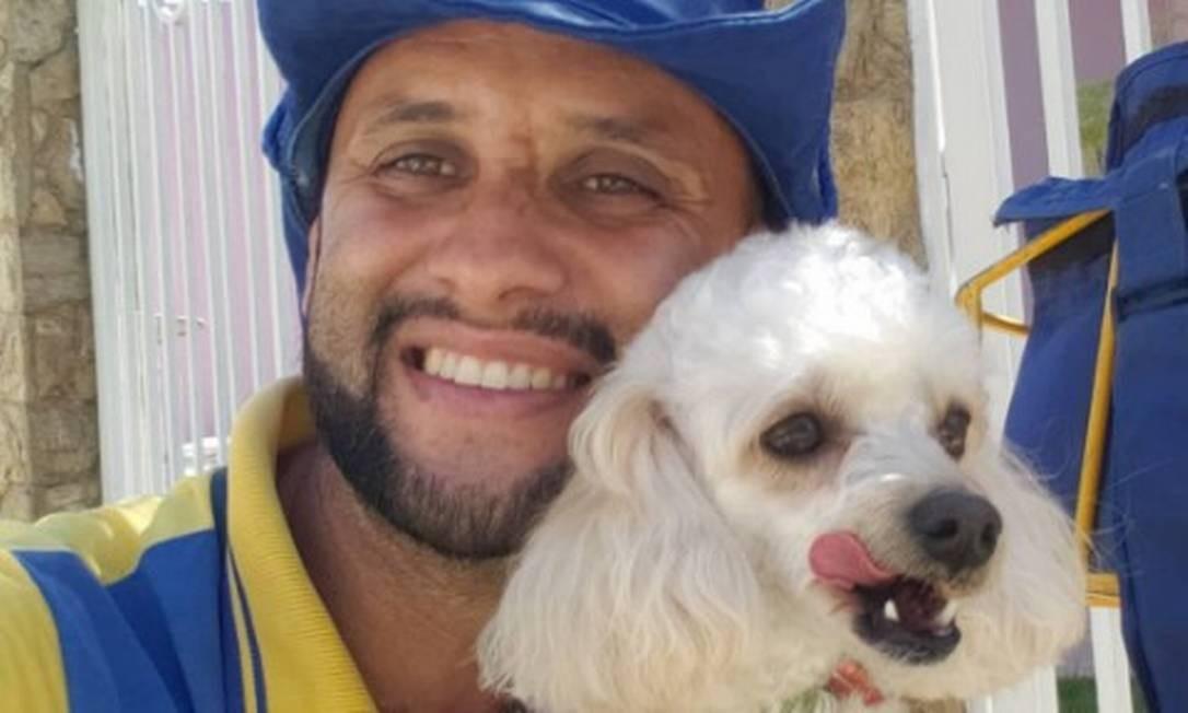 Angelo Cristiano é o xodó dos animais no bairro onde trabalha, em Guaratinguetá Foto: Reprodução/Instagram