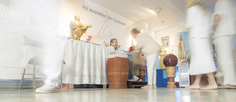 João de Deus durante atendimento a fiéis na Casa de Dom Inácio de Loyola, na pequena cidade de Abadiânia, interior de Goiás Foto: Daniel Marenco / Agência O Globo/06-07-2018