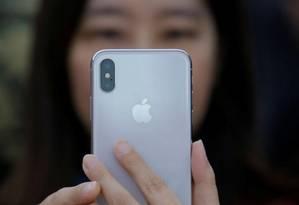 Mulher segura iPhone X durante lançamento em Pequim, China 3 Foto: Reuters