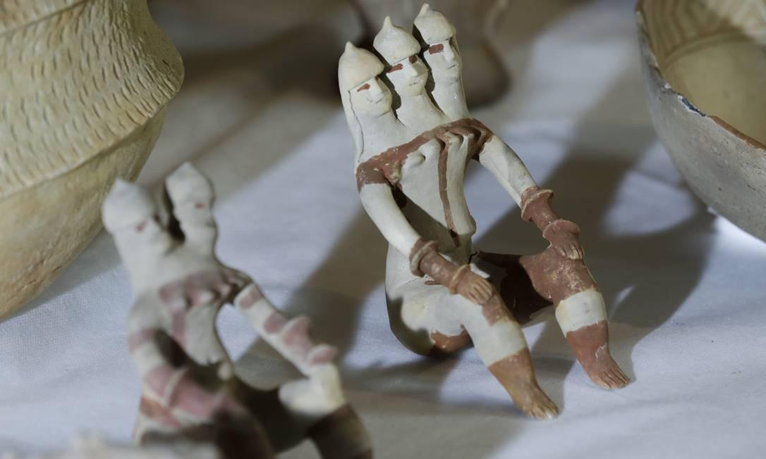 Bonecas de barro feitas pelos índios Karajás, do Brasil Central Foto: Gabriel de Paiva / Agência O Globo