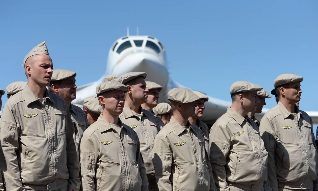 Membros da Força Aérea russo, no aeroporto de Maiquetía, nos arredores da capital venezuelana, Caracas Foto: FEDERICO PARRA / AFP
